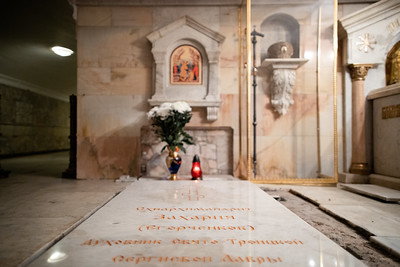 Наместник монастыря архимандрит Павел совершил литию на месте нового захоронения старца Захарии.